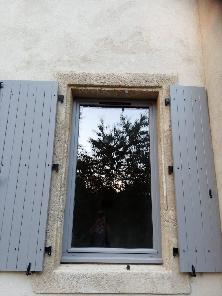 Volets, Portes et Fenêtres de fabrication Artisanale et sur Mesure en Pin avec finition Peinture